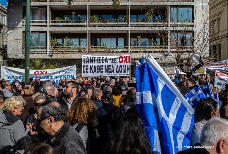 مئات المتظاهرين اليونانيين ضد إنشاء مخيمات اللاجئين في الجزر. المصدر: بيكتشر أليانس