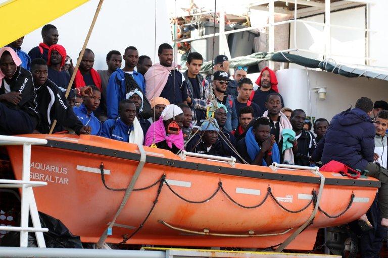"""مجموعة من المهاجرين الإثيوبيين لدى وصولهم إلى """"باليرمو"""" الإيطالية بعد إنقاذهم من الغرق في البحر. المصدر: صورة من الأرشيف/ أنسا."""