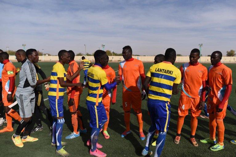 Les joueurs de l'équipe du Nassara AC (en orange)  saluent leurs adversaires de Nigelek. Crédit : Mehdi Chebil