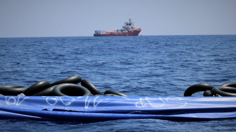 اوشن ویکینگ در آبهای مالتادر جریان اولین ماموریت خود برای نجات مهاجران. عکس از اوشن ویکنیگ/ رویترز