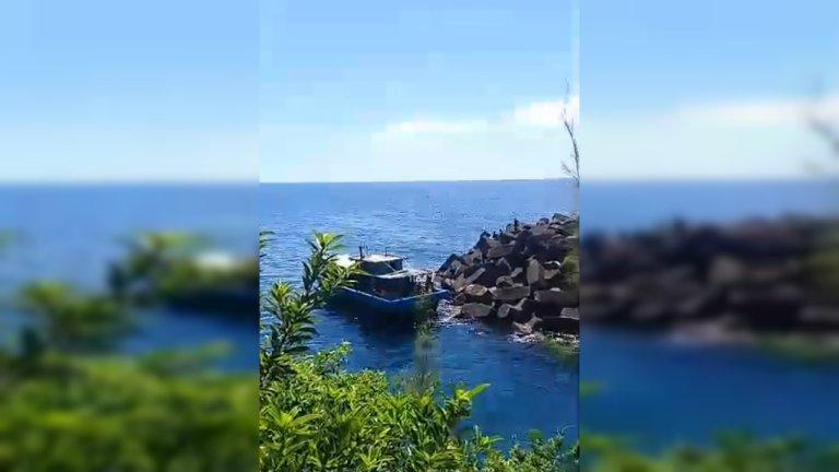 Cette embarcation qui transportait 123 migrants est arrivée sur les côtes de l'île de La Réunion le 13 avril 2019. Crédit : Bruno Grondin / Capture d'écran Facebook