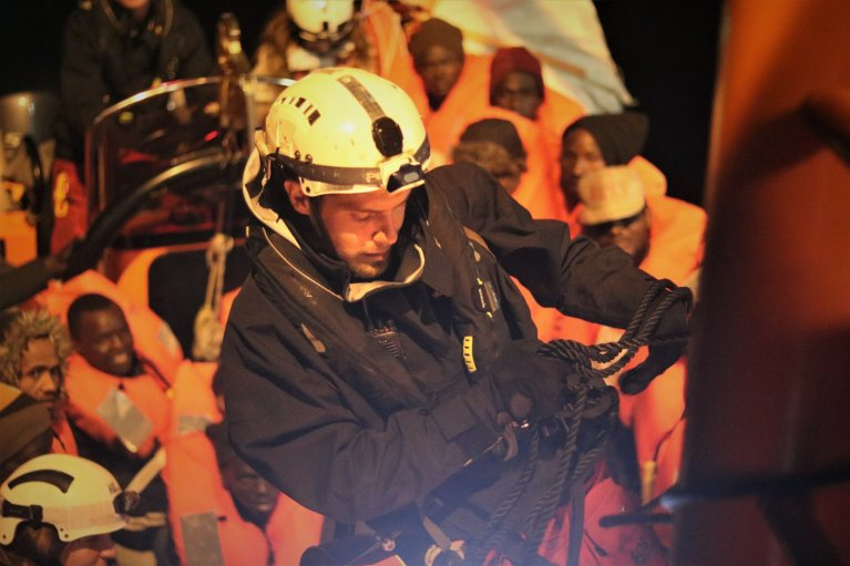 کشتی اوشین ویکینگ طی سه روز گذشته ۴٠٧ مهاجر را در دریای مدیترانه نجات داده است. عکس از اس او اس مدیترانه