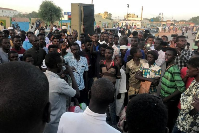 رويترز |متظاهرون سودانيون يتظاهرون في سوق نيالا بجنوب دارفور، السودان 24 أبريل / نيسان 2019.