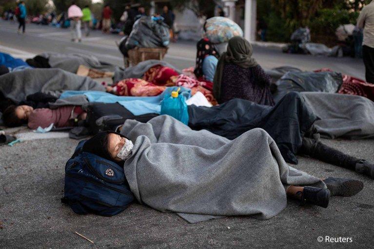 ۱۰ سپتمبر سال ۲۰۲۰، پس از آتش سوزی در کمپ موریا و ویرانی آن، مهاجران و آوارگان مجبور بودند شب را در فضای باز به سر ببرند./عکس: Reuters