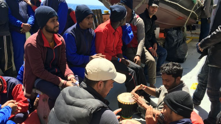 """تعدادی از مهاجران بنگلهدیشی که توسط امداد گران """" اکواریوس"""" از آبهای مدیترانه نجات داده شدند، ماه می ٢٠١٧.  عکس از شارلوت بواتیو/ مهاجر نیوز"""