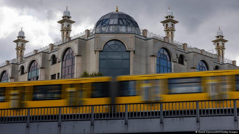 Germany's Muslim population is growing and still faces several hurdles to integration, though a government study says the root causes go deeper than religion | Photo: David Gannon/AFP/Getty Images via DW