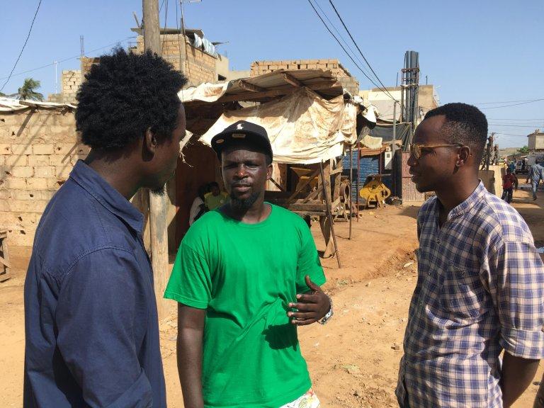 W. de Lesseux/RFI |Les jeunes de l'association Académie Banlieue Culture en discussion avec Mbaye Mor Dioum (au centre), qui souhaite partir en Europe