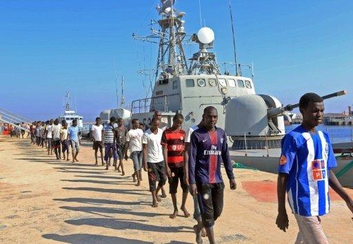 أ ف ب |مهاجرون غير شرعيين في قاعدة عسكرية بحرية في طرابلس بعد إنقاذهم من قبل خفر السواحل الليبي في 29 آب/أغسطس 2017
