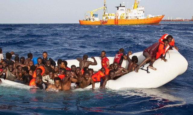 Patrick Bar / SOS Méditerranée |Avril 2016, un canot pneumatique est en passe de sombrer avec quelques dizaines de migrants. En arrière plan, l'imposant «Aquarius» de SOS Méditerranée a repéré l'embarcation.