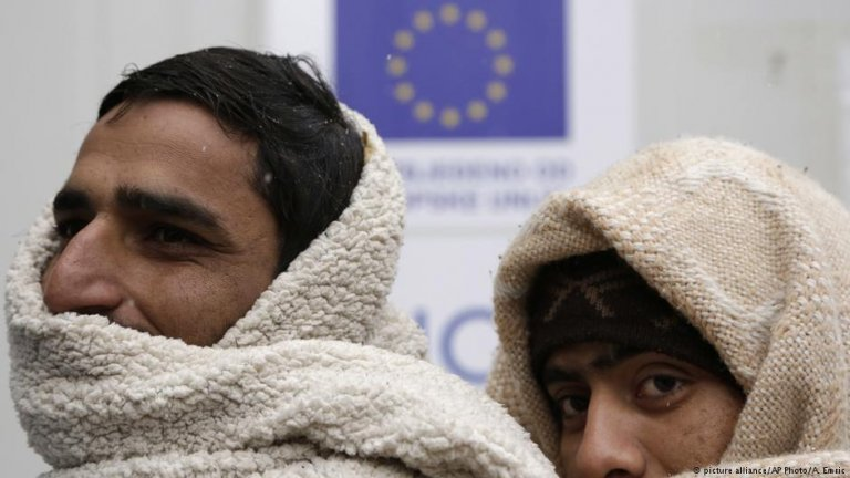 Migrants wrap themselves with blankets to keep warm at a migrants' shelter in Bihac, Bosnia, close to the border with Croatia | Photo: Picture-alliance/AP Photo/A.Emric