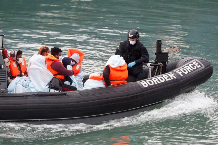 Des migrants recueillis par des garde-frontières dans le port de Douvres, le 7 septembre 2020. Crédit : Reuters