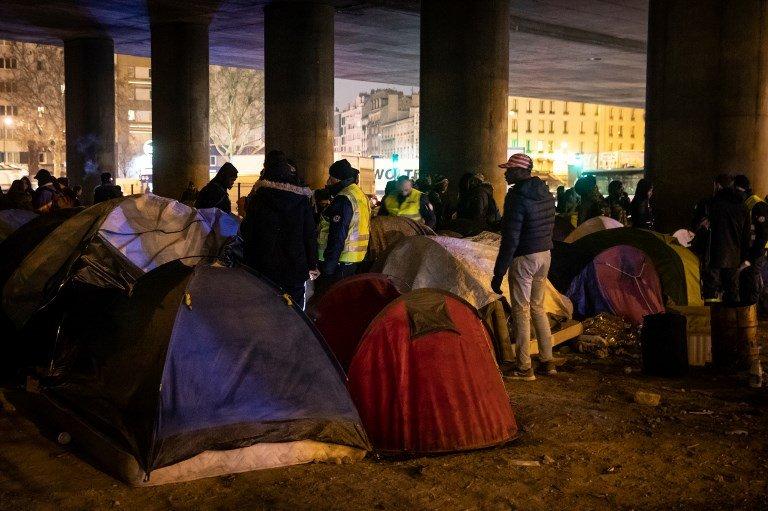 مهاجرون في أحد المخيمات العشوائية شمال باريس. أرشيف