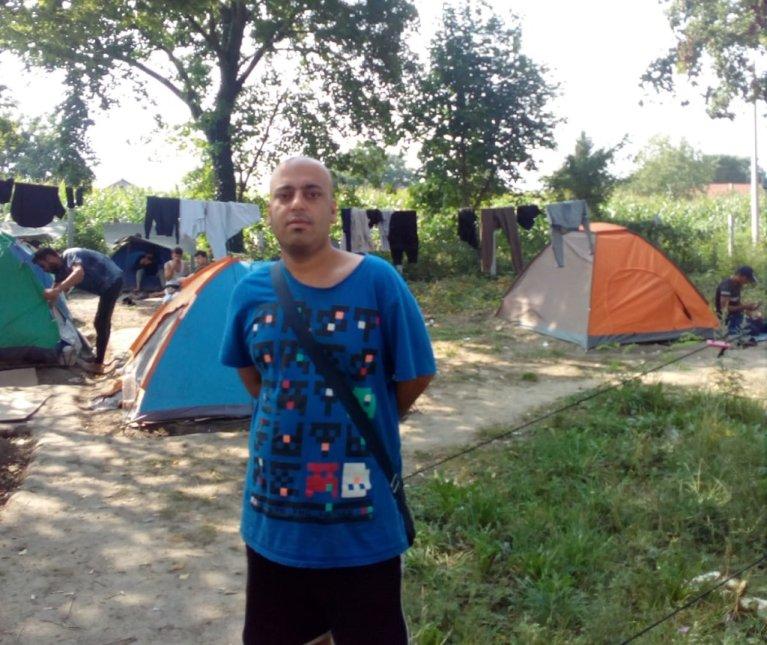 بدر موسى نهار، مهاجر من السعودية متواجد حاليا في مخيم سومبور في صربيا. الحقوق محفوظة