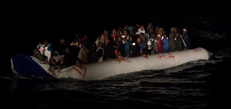 مهاجرون على متن قارب مطاطي أنقذتهم سفينة أوشن فايكينغ. المصدر: أس او أس المتوسط