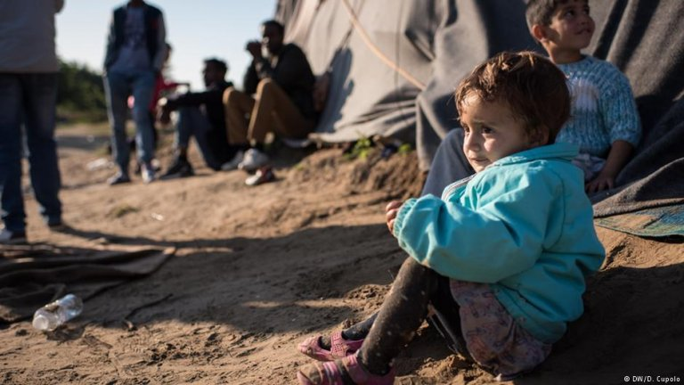 A Yazidi child sits on the floor at a refugee camp on the Hungarian border | Photo: DW/D.Cupolo