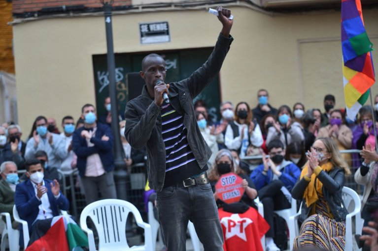 Serigne Mbaye est le premier député noir à l'Assemblée de Madrid. Crédit : Podemos