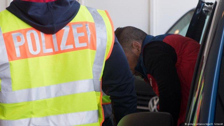 یک مهاجر در حال اخراج از آلمان