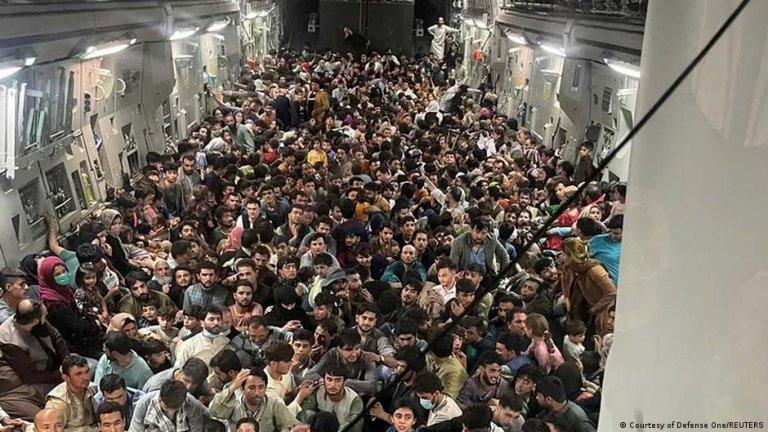 قامت القوات الجوية الأمريكية C-17 Globemaster III بنقل 640 أفغانيًا من كابول إلى قطر أمس