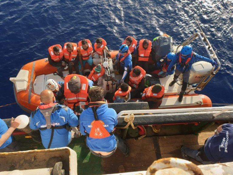 تعدادی از مهاجران نجات داده شده توسط کشتی ماری جونیو. عکس از  سازمان مدیترانه