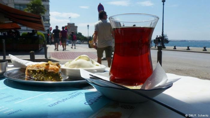 Tea and baklava on a place (DW/F.Schmitz)