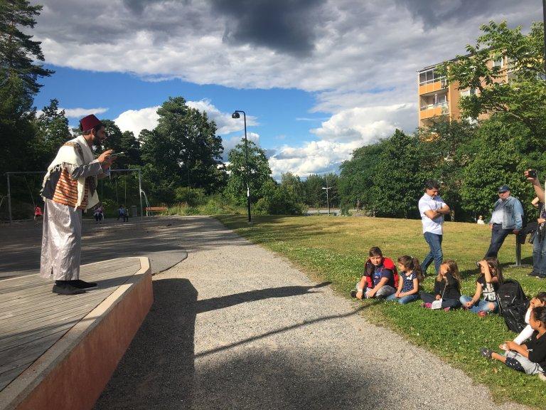 En Suède, Mustapha conte des histoires aux enfants. Crédit : Leslie Carretero