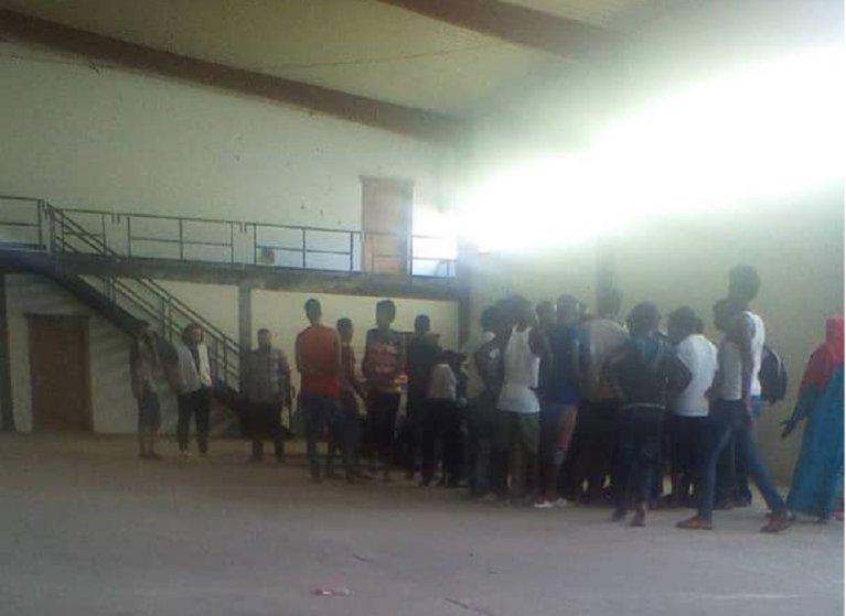 مهاجرون داخل مركز أبو سليم. الصورة أرسلها لنا محمد