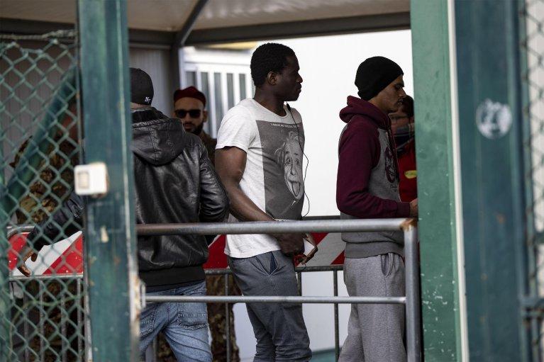 مهاجرون يغادرون مركز كارا في كاسلنوفو دي بورتو في 23 كانون الثاني/ يناير الماضي، تنفيذا لقرار إخلائه. المصدر: أنسا/ ماسيومو بركوتسي.