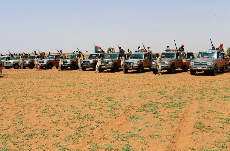 عناصر من قوات الدعم السريع السودانية المعروفة باسم الجنجاويد، يقفون أمام سياراتهم العسكرية خلال عملية توقيف مهاجرين كانوا يحاولون عبور الحدود بشكل غير شرعي باتجاه ليبيا. رويترز، 25 أيلول/سبتمبر 2019.