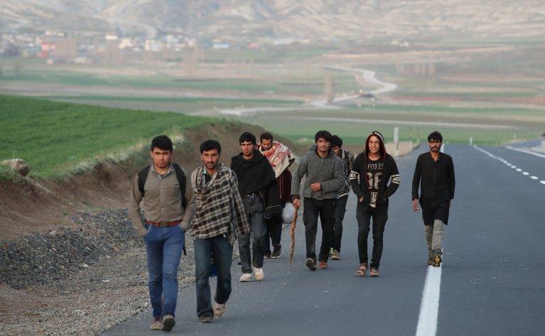 مهاجرون أفغان يعبرون الحدود التركية. أرشيف
