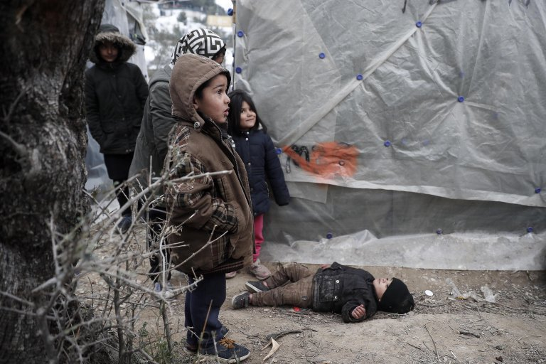 ANSA / : أطفال لاجئون خارج خيمتهم في إحدى مزارع الزيتون المجاورة لمخيم موريا في جزيرة ليسبوس اليونانية. المصدر: إي بي إيه / ديمتريس توسيدس.