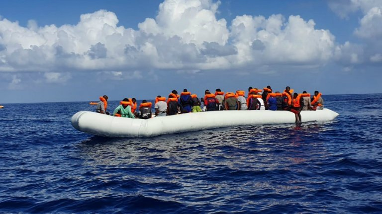 اوشین ویکنگ در جریان دو عملیات نجات به تاریخ ۱۲و۱۳ اکتبر۱۷۶مهاجر را در آب های مدیترانه نجات داد. عکس: سازمان اس او اس مدیترانیا