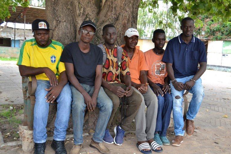 LAMIN KANTEH / AFP  Le co-fondateur de l'association «Les Jeunes contre la migration illégale» avec Karamo Keita (3e à droite) et ses amis à Banjul, le 6 août 2017.