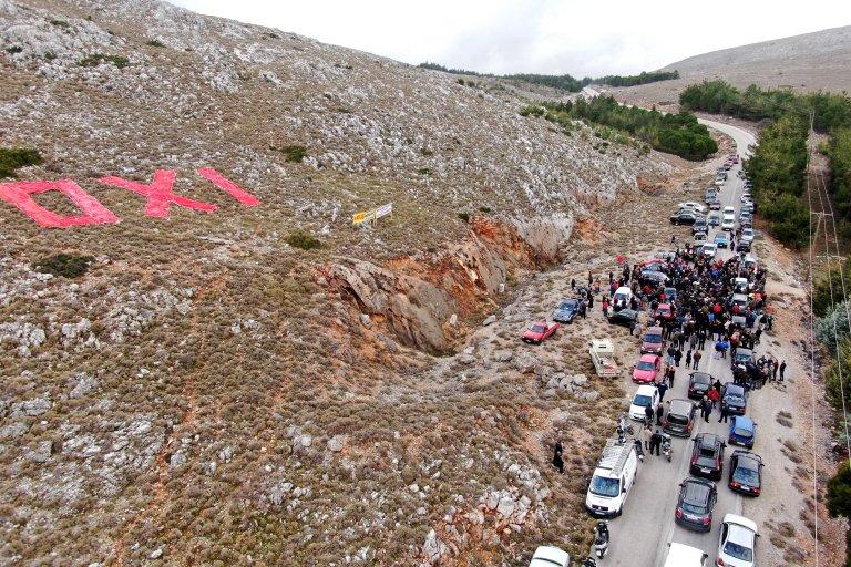 السكان يحتجون ضد إقامة منشأة جديدة للمهاجرين في جزيرة كيوس اليونانية. المصدر: إي بي إيه / ستراتيس بالاسكاس.