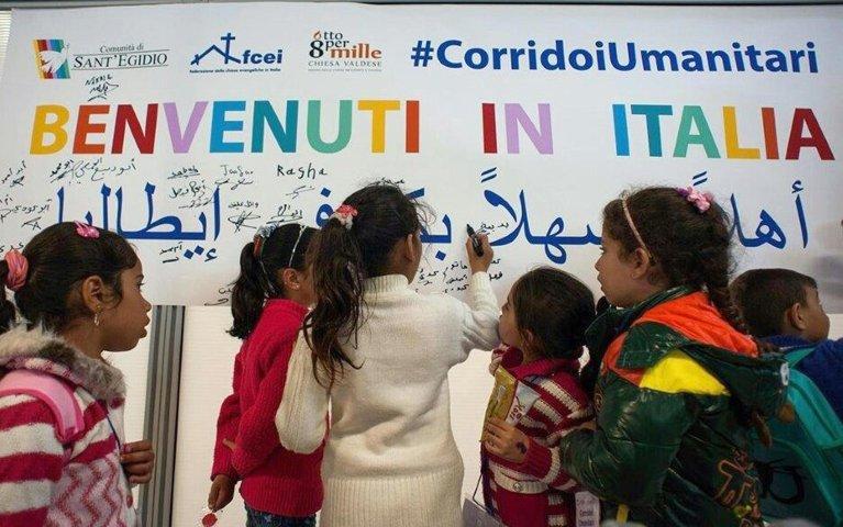 ANSA / مجموعة شباب مهاجرين يتم الترحيب بهم في إيطاليا، ضمن مشروع الممرات الإنسانية. المصدر: أنسا / ميشيلا سوجليا.