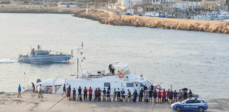 Transfer of migrants from the commercial port aboard patrol boats to a quarantine ship,  Lampedusa, Sicily, September 25, 2020 | Photo: Elio Desiderio / ANSA