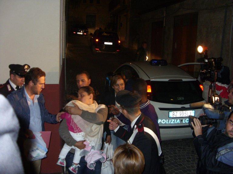 ANSA / مشاهد مؤثرة من البكاء والعناق لـ 6 أطفال سوريين، ممن تم إنقاذهم من السفينة الغارقة بالقرب من مالطا، بعد أن تمكنوا من احتضان والديهم مجددا. المصدر: أنسا/ كونشيتا ريتسو.