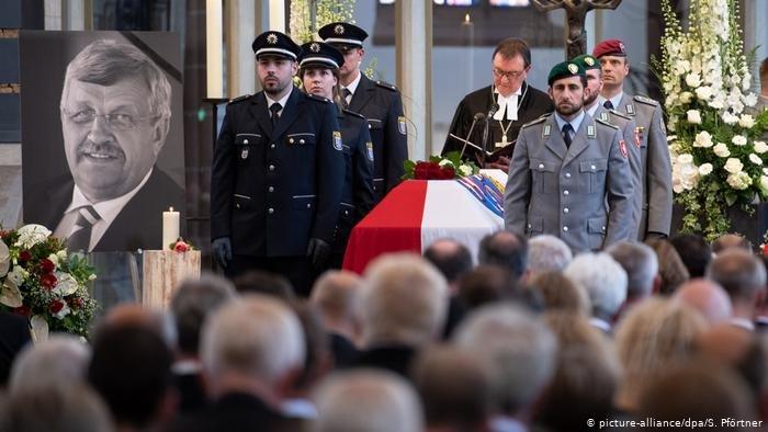 picture-alliance/dpa/S. Pförtner  صورة من الأرشيف لجنازة فالتر لوبكه