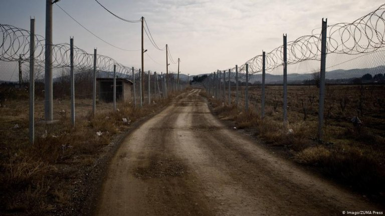 Despite fortifications, migrants continue to scale the border between Greece and North Macedonia   Photo:  Imago/ZUMA Press