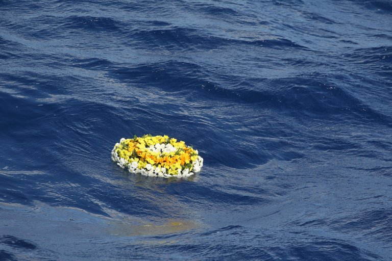 Wreath of flowers thrown into the sea during the October 3, 2019 commemoration of 366 victims of a shipwreck that took place on October 3, 2013 off Lampedusa | ANSA/Pasquale Claudio Montana Lampo