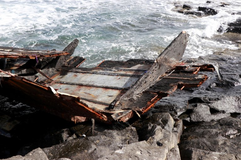 Pieces of a damaged boat carrying migrants from Senegal are seen after it capsized near the coast of Sal Island, Cape Verde November 19, 2020. Picture taken November 19, 2020 | Photo: REUTERS/Jorge Avelino