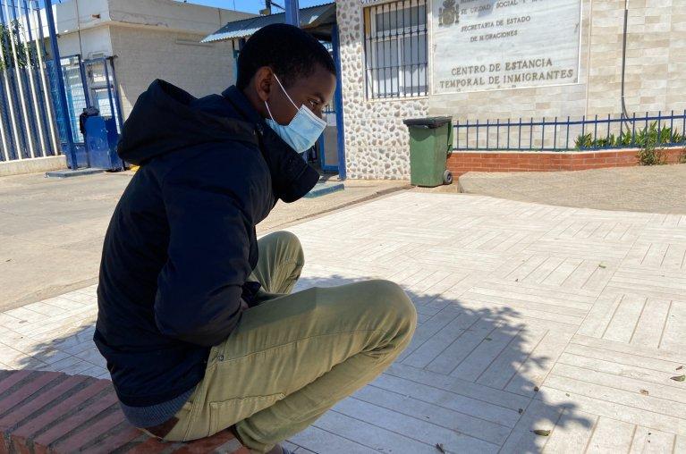 Sadou, un Guinéen de 19 ans, attend au CETI de Melilla son transfert vers l'Espagne continentale. Crédit : InfoMigrants
