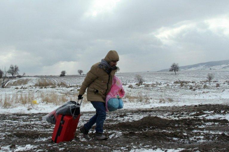 عکس از انسا/ یک پناهجوی سوریایی را نشان میدهد که در تلاش رسیدن به اروپا میباشد.