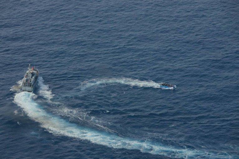 Selon Sea-Watch, les garde-côtes libyens ont tiré des coups de feu vers une embarcation de migrants, au large de Lampedusa. Crédit : Sea-Watch