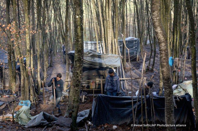مئات المهاجرين بلا مأوى في شمال البوسنة وألمانيا تعد بتقديم مساعدة مالية لتحسين وضعهم