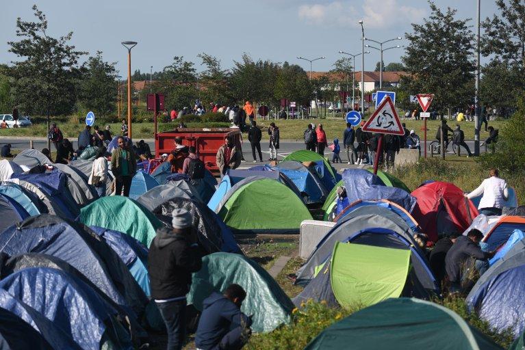 A Calais, les petits campements qui se sont formés sont démantelés toutes les 48 heures. Crédit : Mehdi Chebil pour InfoMigrants