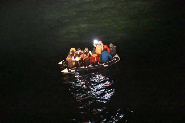 Quatorze migrants dont deux mineures ont été secourus par la Marine nationale française dans la Manche, le 25 mars 2020. Crédits : Préfecture maritime de la Manche-Mer du Nord