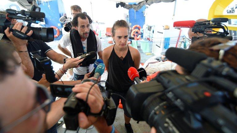 Après 13 jours d'attente en mer Méditerranée, Carola Rackete a décidé mercredi 26 juin 2019 d'entrer dans les eaux italiennes. Crédit : REUTERS/Guglielmo Mangiapane