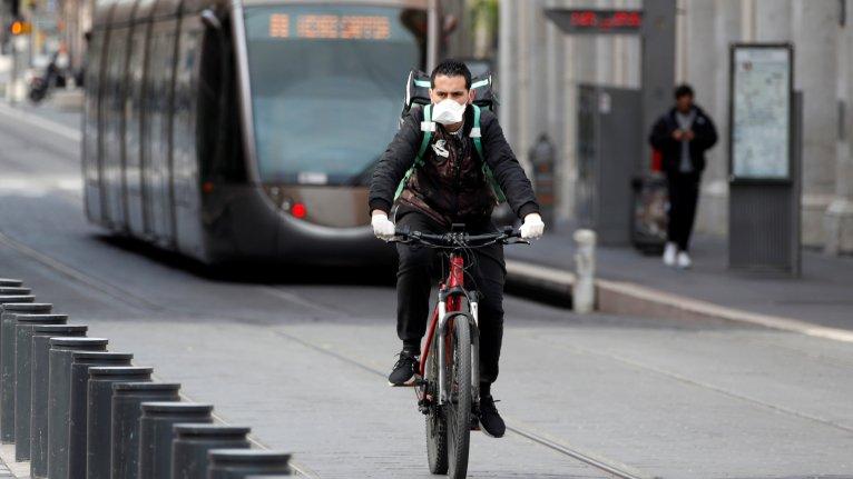 Un livreur Uber eats porte un masque de protection, à Nice, le 17 mars 2020. Crédit : REUTERS/Eric Gaillard