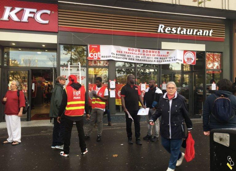 Grève des travailleurs étrangers en situation irrégulière devant un fast-food de Paris. Crédit : Twitter / @FrancoiseHaas