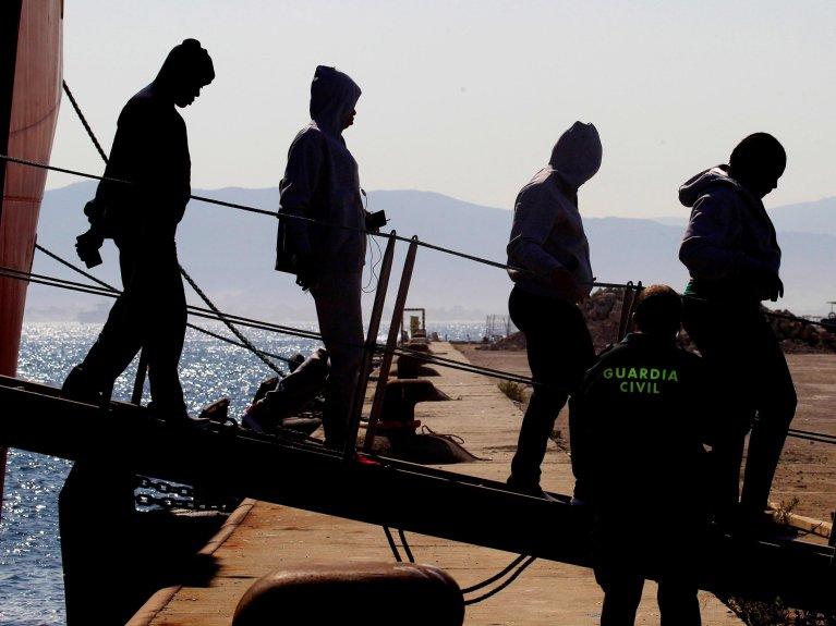 ANSA / مهاجرون يهبطون في ميناء كاديز الإسباني. المصدر: إي بي إيه/ إيه كاراسكو راجيل.